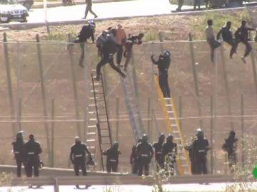 Migrantes tratan de saltar la valla de Melilla