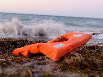 Un chaleco salvavidas abandonado en una playa próxima a la capital de Lesbos