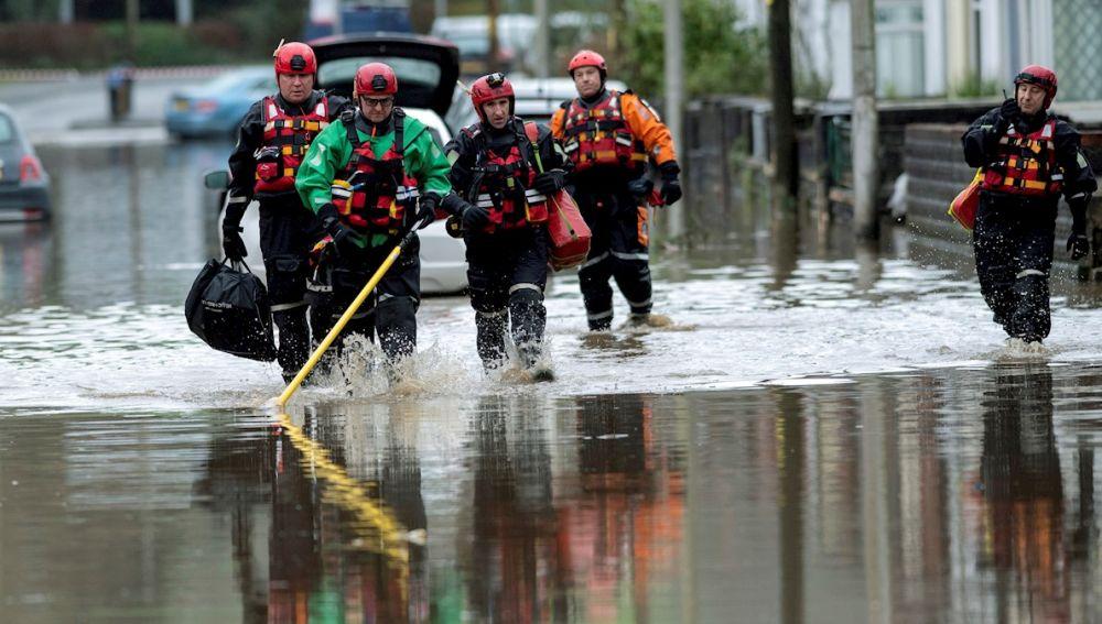 Inundaciones en la aldea de Nantgarw, cerca de Cardiff, Gales del Sur, Gran Bretaña