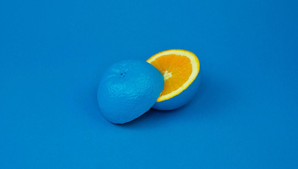 Una naranja azul