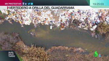 Coches calcinados, pilas de escombros y electrodomésticos abandonados: así es el vertedero ilegal junto al río Guadarrama