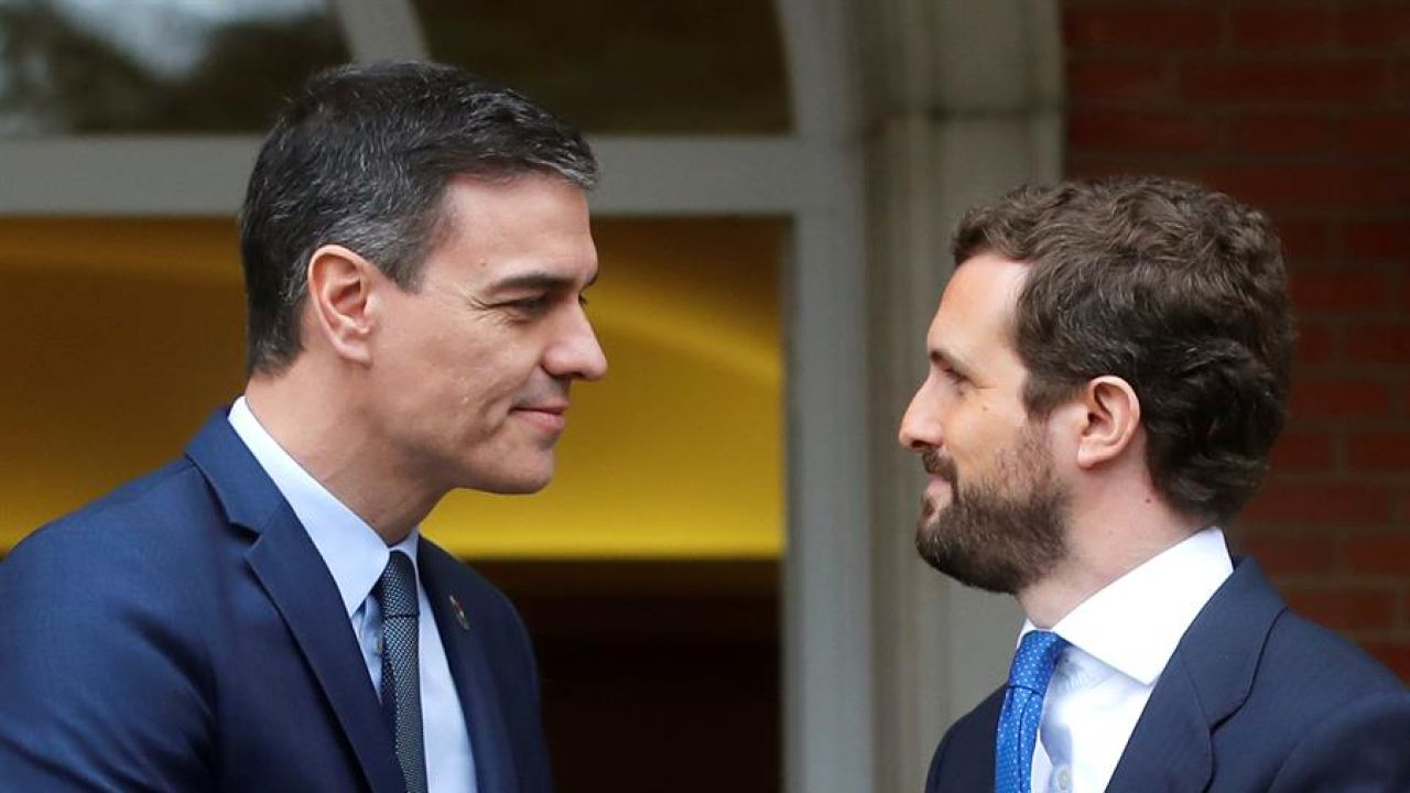 Imagen del último encuentro entre Pedro Sánchez y Pablo Casado en la Moncloa