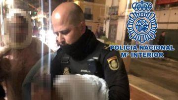 Uno de los policías sosteniendo al bebé en brazos