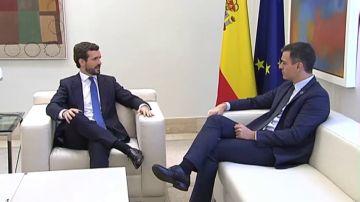 Hora y media de reunión y la misma distancia entre Pedro Sánchez y Pablo Casado