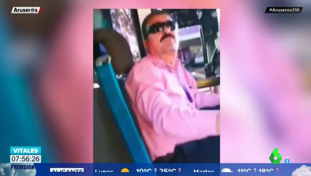 Un conductor expulsa del autobús a una pareja gay por darse un beso