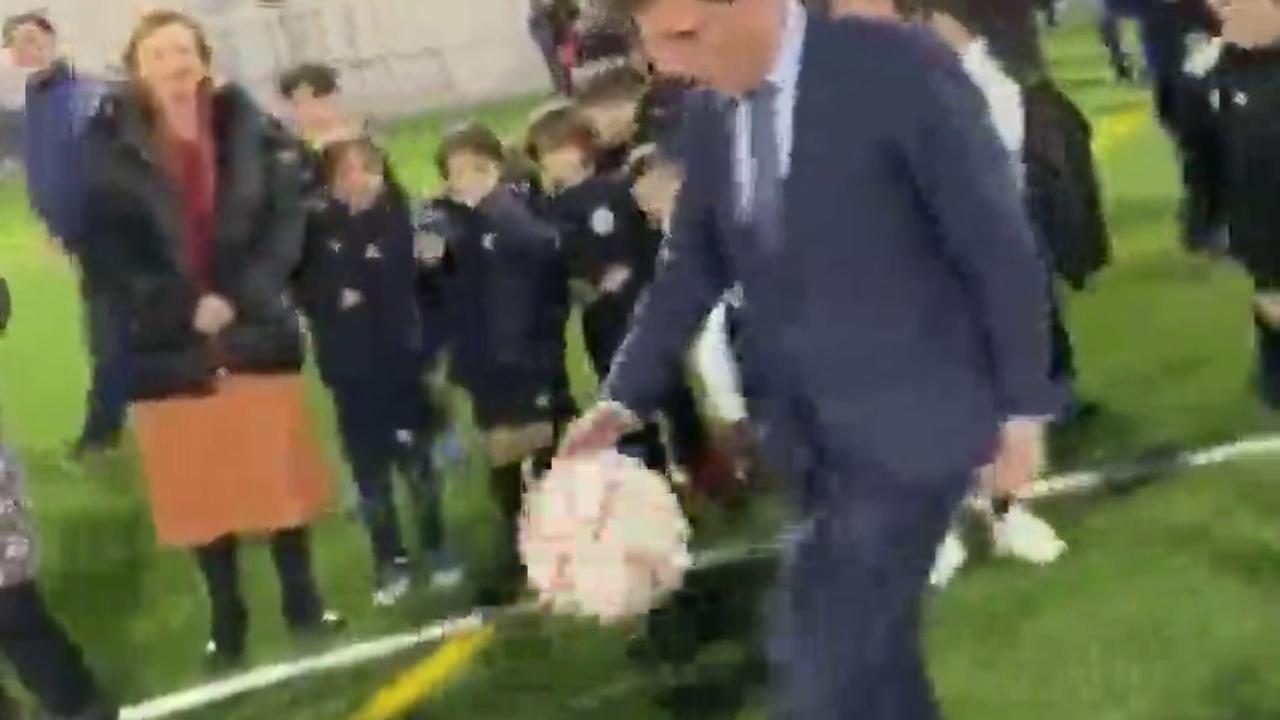Almeida demuestra sus habilidades dando toques a un balón y le da un pelotazo a un niño