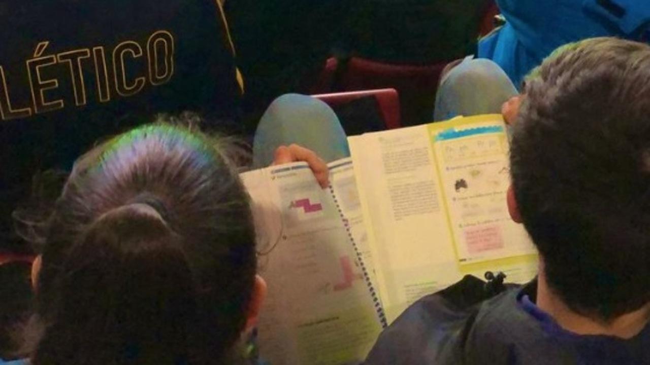 Un niño estudia en el Wanda.