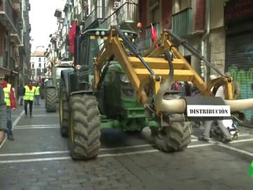 Agricultores simulan un encierro en Pamplona en protesta por la situación del campo navarro