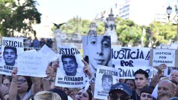 Manifestantes piden justicia en el caso del asesinato del joven Fernando Báez Sosa, en Buenos Aires.