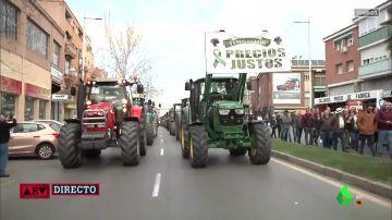 Tractores recorren las calles de Granada en protesta por la situación del campo