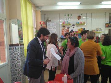 María le entrega la carta a López Miras