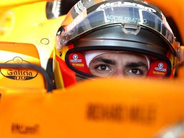 Carlos Sainz, subido en el McLaren MCL35
