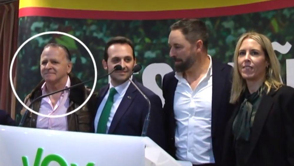El senador Juan Ros Alcaide junto a Santiago Abascal (VOX)