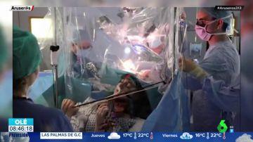 El impactante vídeo de una mujer tocando el violín mientras la extirpan un tumor cererbral
