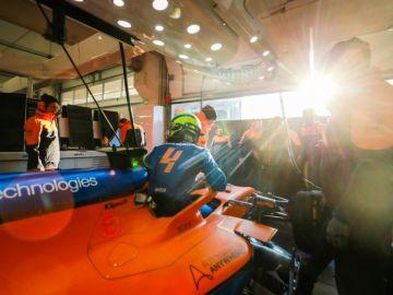 Lando Norris en el box de McLaren
