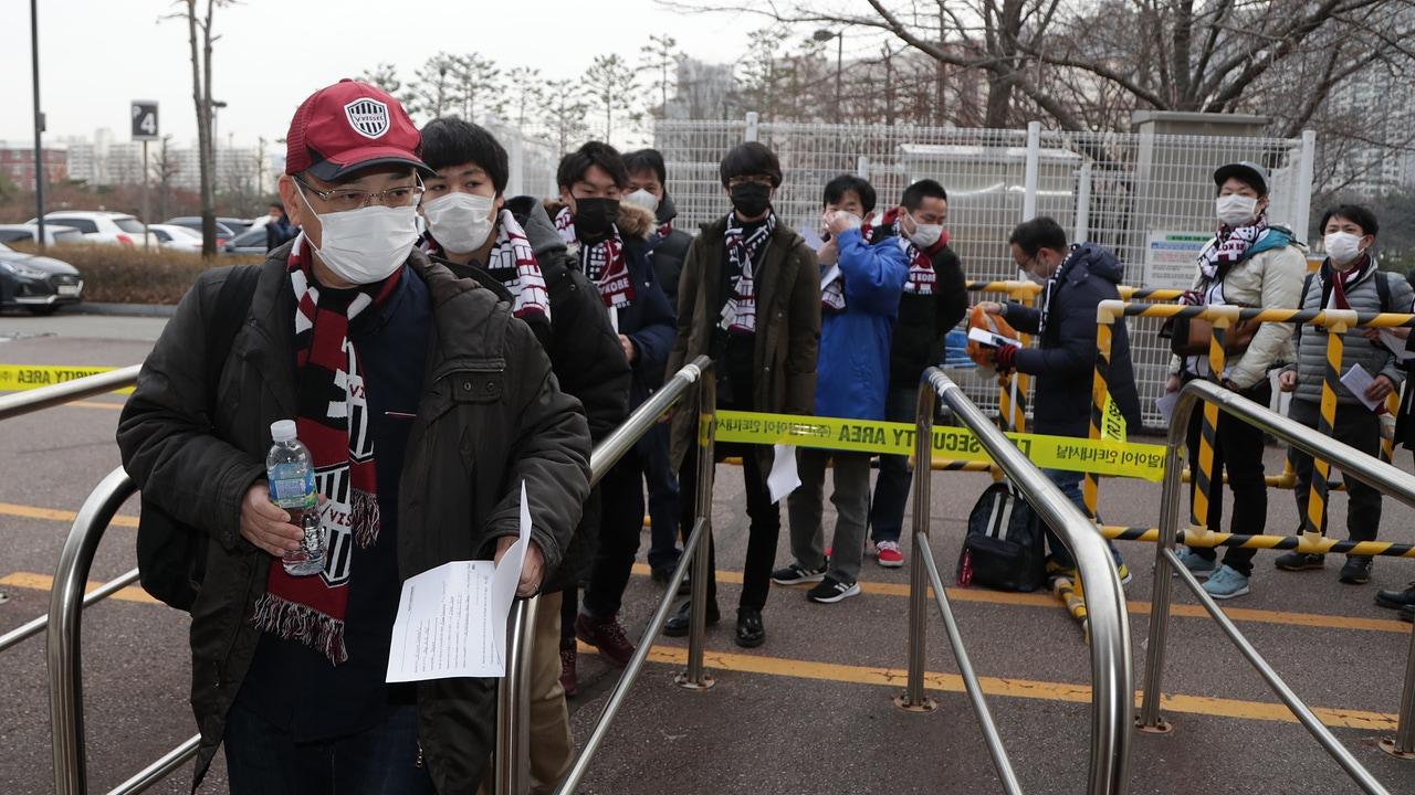 Aficionados entran al Suwon World Cup Stadium para ver el Suwon Samsung Bluewings-Vissel Kobe