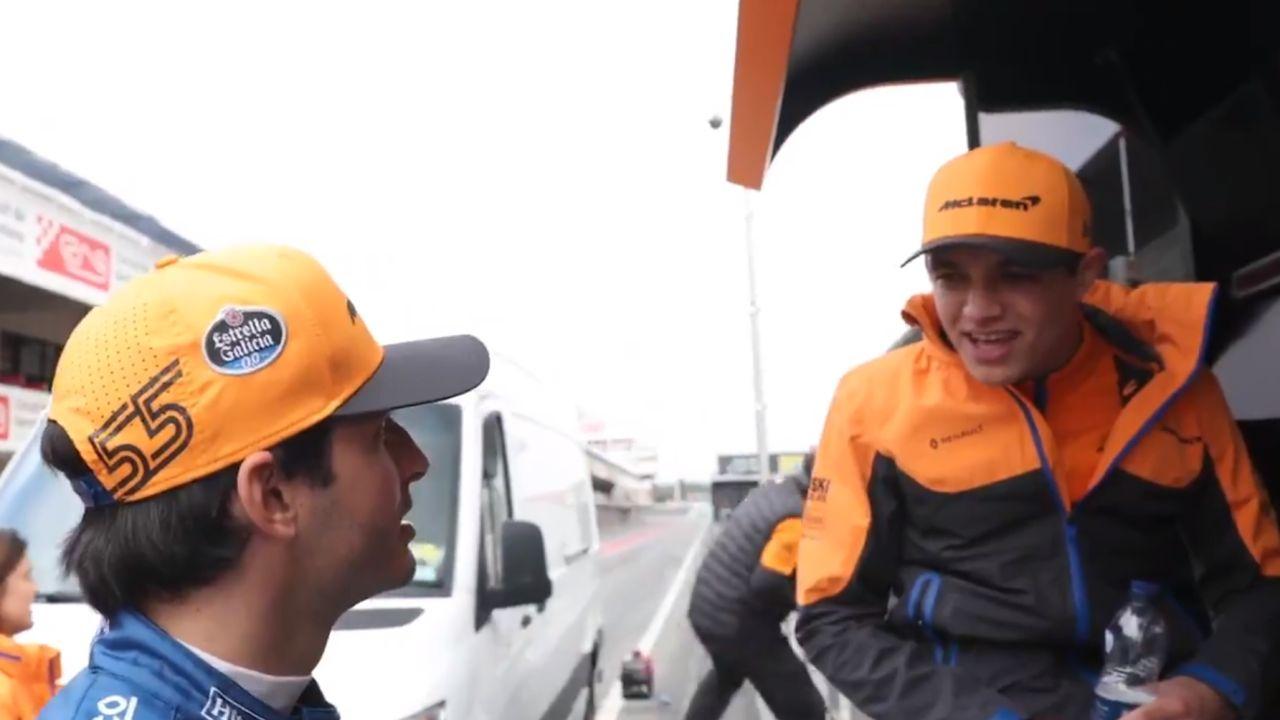 Sainz bromea con Norris en el muro del equipo McLaren