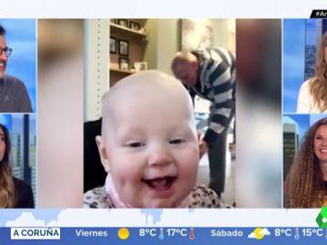 El gracioso momento en el que un bebé interrumpe la grabación de los primeros pasos de su hermano gemelo