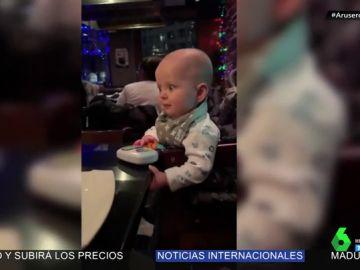 La hilarante reacción de un bebé al ver una llamarada de fuego en un 'show cooking'