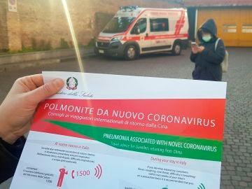Folleto sobre los síntomas del nuevo coronavirus en Italia