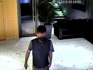 El presunto ladrón de trasteros, grabado por las cámaras de seguridad de una de las comunidades de vecinos donde actuó