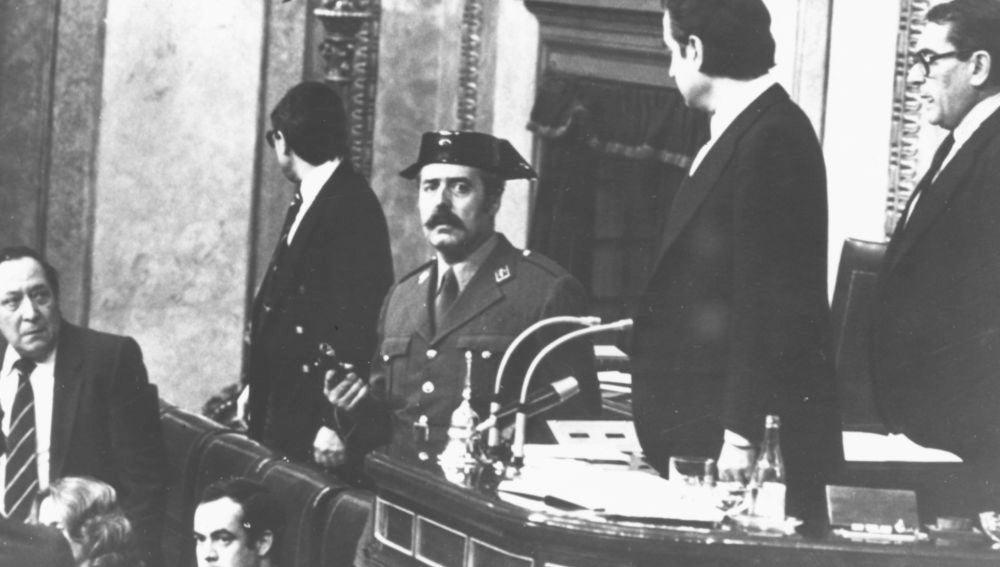 El teniente coronel Antonio Tejero durante el intento fallido de golpe de Estado del 23F