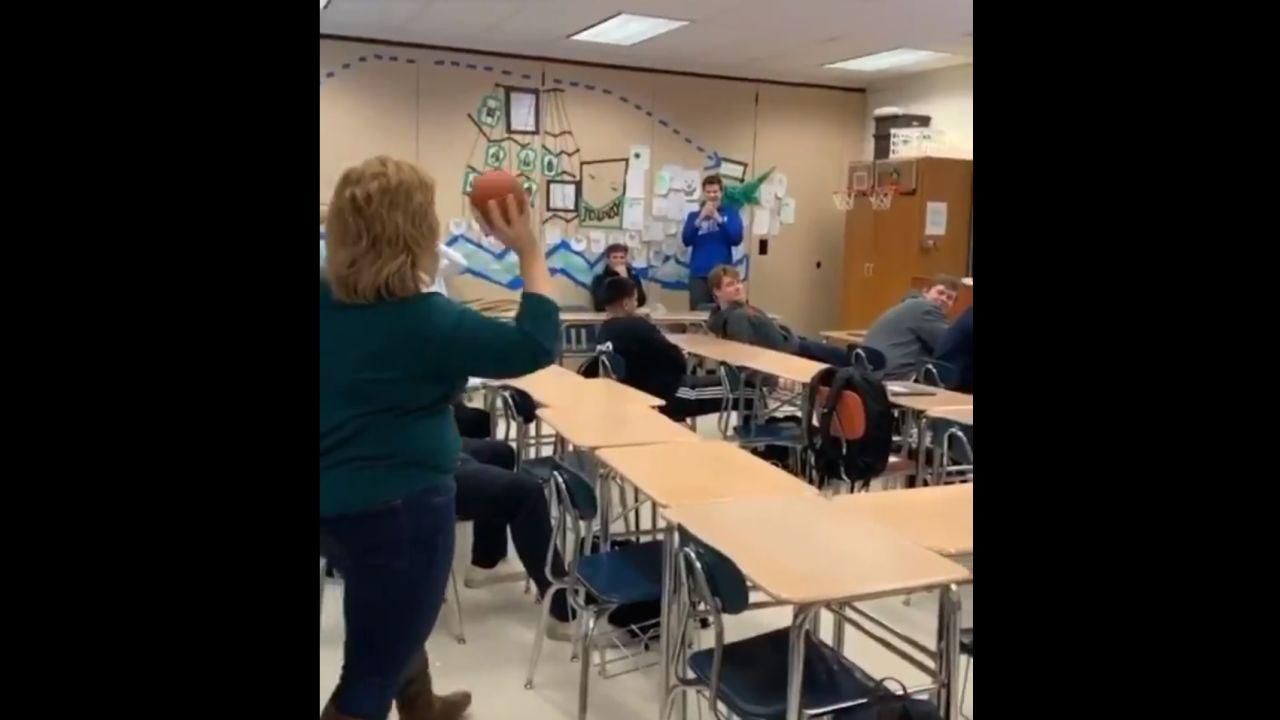 La profesora, justo antes de lanzar la pelota