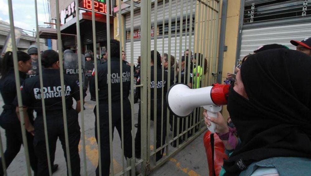 Un centenar de mujeres marchan para exigir al gobierno mexicano que intervenga en los recientes crímenes machistas
