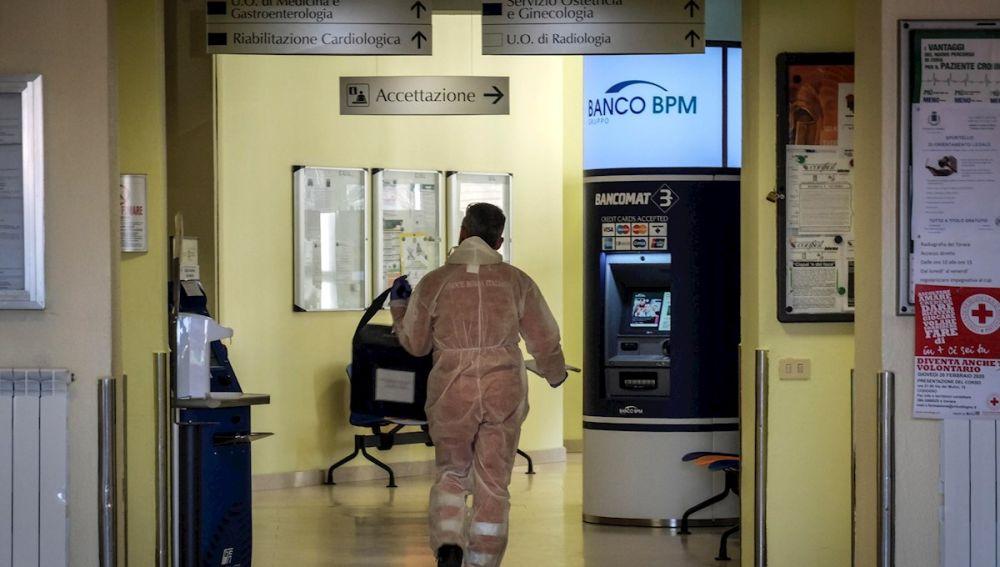 Imagen de un trabajador en un hospital en el norte de Italia