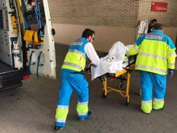 Los Sanitarios del Summa 112 atendiendo a un hombre en Rivas, Madrid