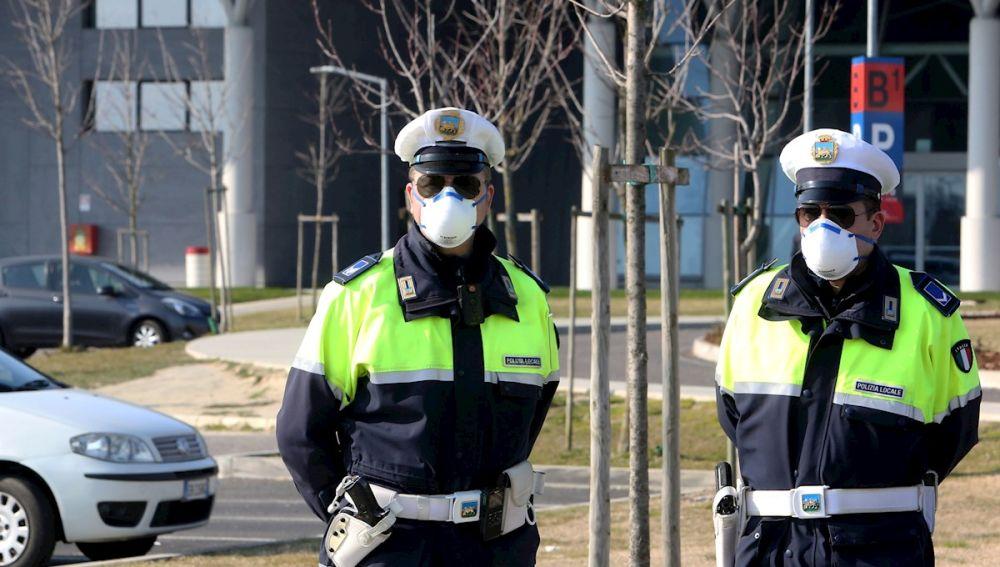 Policías frente al hospital de Schiavonia
