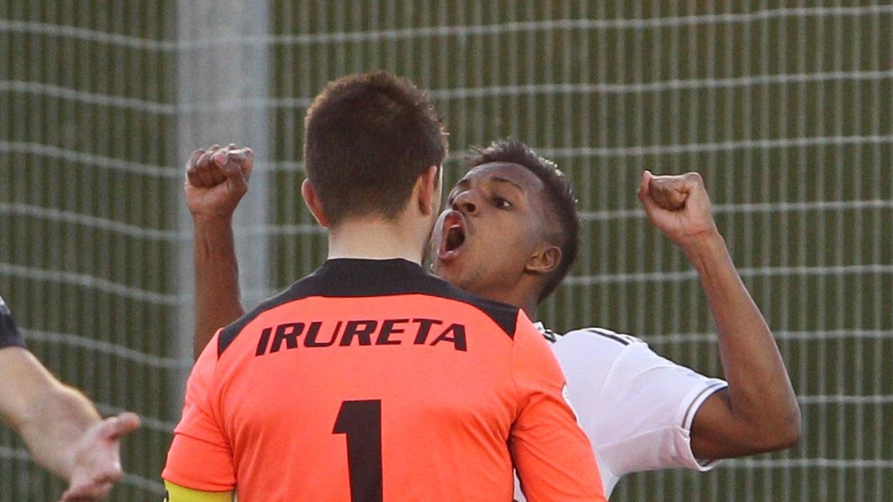 Rodrygo celebrando su gol frente al portero del Sanse