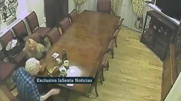 Imagen de un encuentro privado de Julian Assange