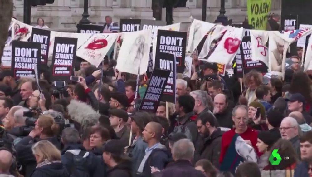 """Cientos de personas se manifiestan en apoyo a Assange en Londres: """"Si perdemos esta batalla el mundo será un lugar peor"""""""