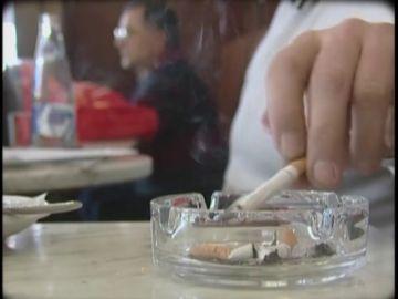 De la Ley Antitabaco al carné por puntos: las leyes que intentaron consolidar buenos hábitos entre los españoles