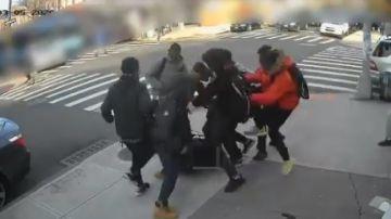 La Policía de Nueva York busca a la veintena de jóvenes agresores