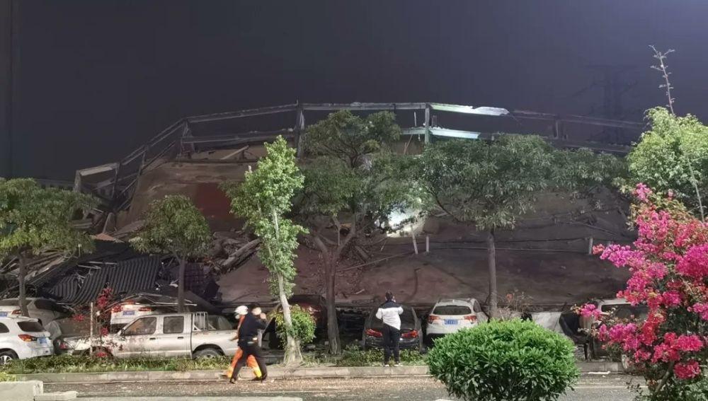 Imagen del hotel de Cantón momentos después del derrumbe