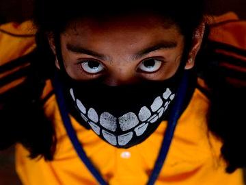 Un niño con una mascarilla para protegerse del coronavirus en Bangalore, India
