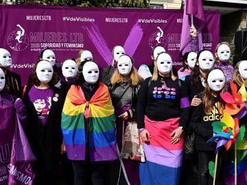 Imagen de un grupo de mujeres lesbianas, bisexuales y trans en la plaza Pedro Zerolo de Madrid.