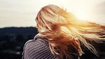 Imagen de una joven con el pelo largo