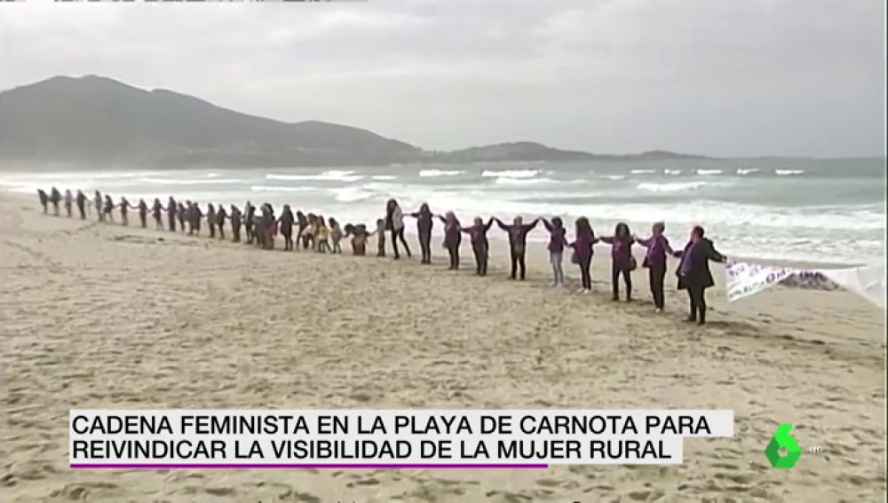 Imagen de la cadena humana feminista en la playa de Carnota.