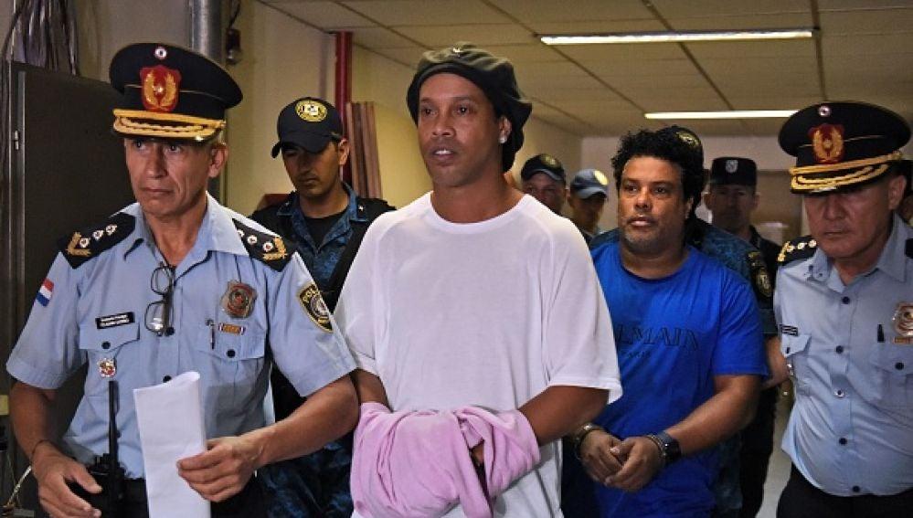Ronaldinho y su hermano, esposados