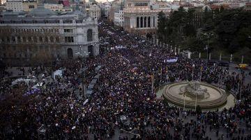 Vista aérea de la manifestación del 8M de Madrid a su paso por la Cibeles