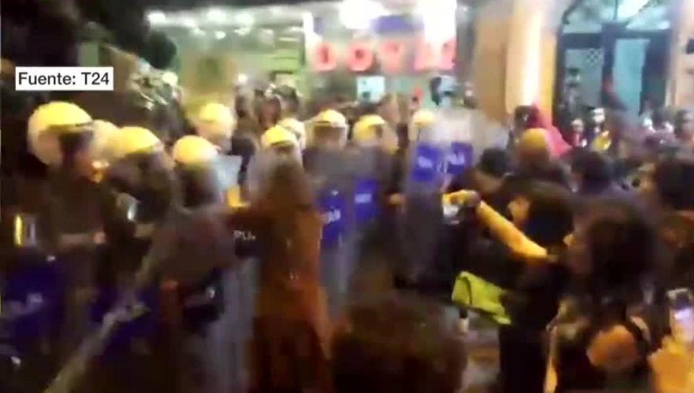 Dispersan con gases lacrimógenos una marcha del 8M en Estambul