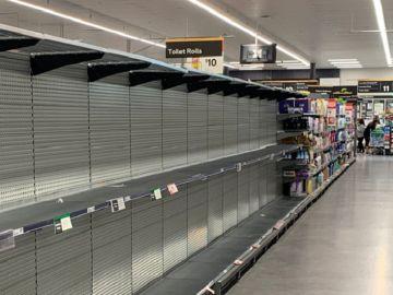 Imagen de los supermercados con las estanterías del papel higiénicos totalmente vacías.