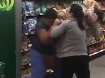 Imagen del momento de la pelea entre las tres mujeres.