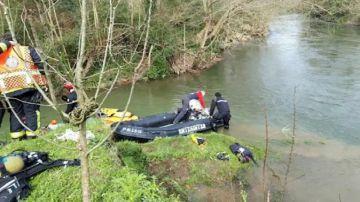 Imagen de los servicios de emergencia en el río Urumea (Hernani).