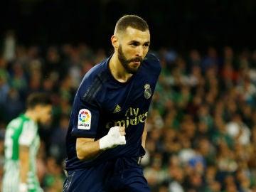Benzema celebra un gol ante el Betis