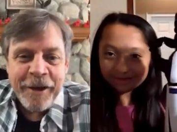 El actor Mark Hamill charla con la joven Bella Tadlock