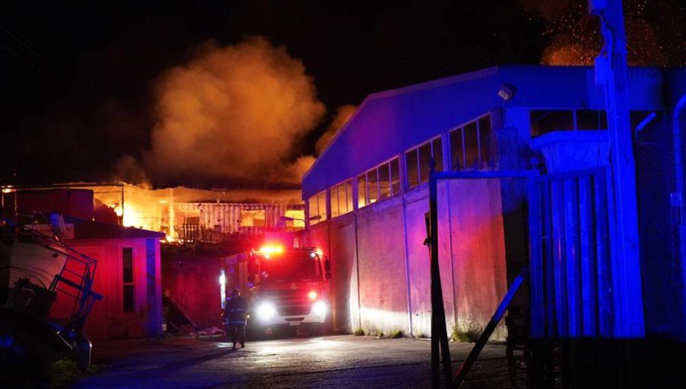 Imagen del incendio en el centro social 'One Happy Family' en la isla de Lesbos, Grecia.